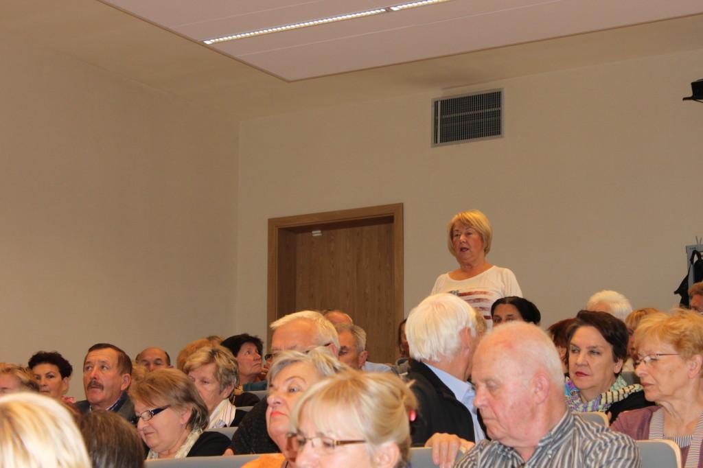 Zgromadzeni na sali seniorzy mieli okazję do zadania pytań ekspertom