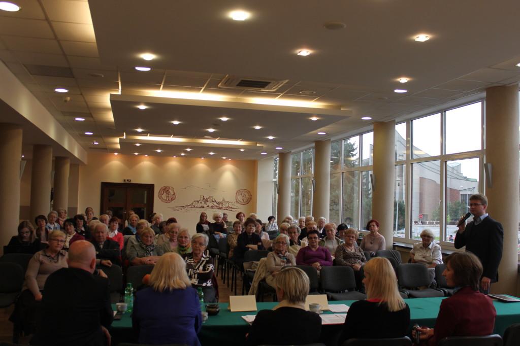 Na widowni zgromadziło się kilkudziesięciu seniorów, m.in. słuchacze oświęcimskiego UTW
